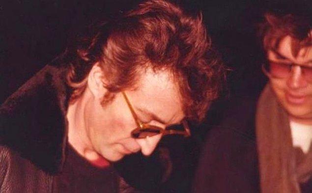 1. John Lennon'un birkaç saat sonra onu vurarak öldürecek olan Mark Chapman için imza verdiği fotoğraf: