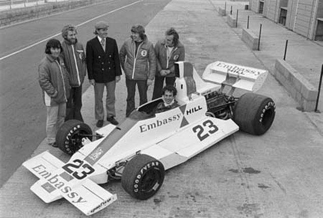 8. 1975 yılında yarışlara katılmak için hazırlanan ancak hiç katılamayan Embassy Hill Formula Bir Takımı'nın son fotoğrafı: