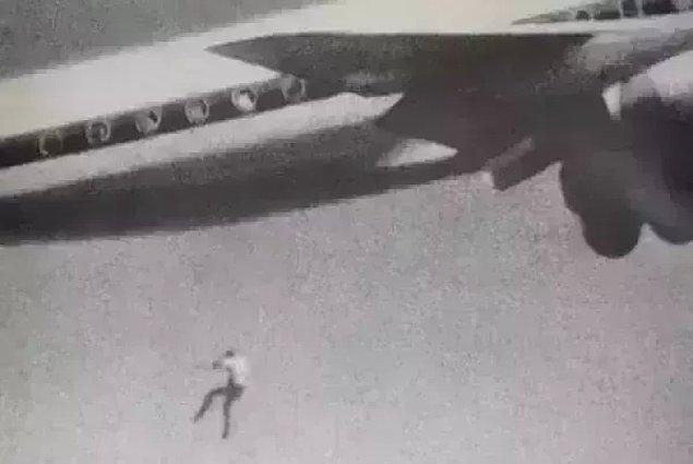 14. 14 yaşındaki Keith Saps Ford  isimli gencin 1970 yılında tekerlek kısmına gizlendiği uçaktan düşerken amatör bir fotoğrafçının kamerasını denerken tesadüfen çektiği fotoğrafı:
