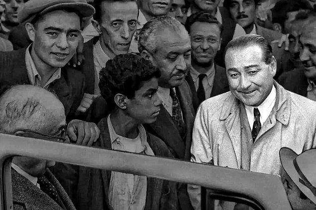 """""""Fakat sohbet Atatürk'le, hemen hemen aramızda geçti. İlk defa teklif ettiğim sigarayı almayan ve kahve istemeyen Büyük Gazi'nin, memleket meseleleri üstünde sohbet derinleştikçe..."""""""