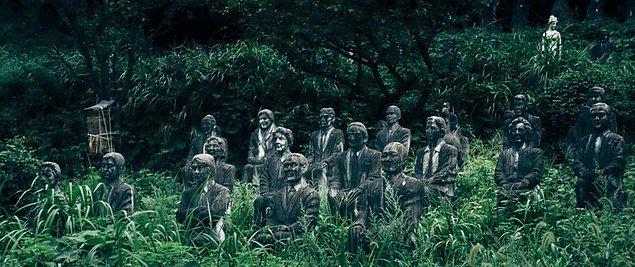 Tanıdığı tüm insanları sonsuza kadar yaşatmak isteyen Japon heykeltraş, herkesin heykelini yaptı ve onları sonsuza dek bir parka yerleştirdi...