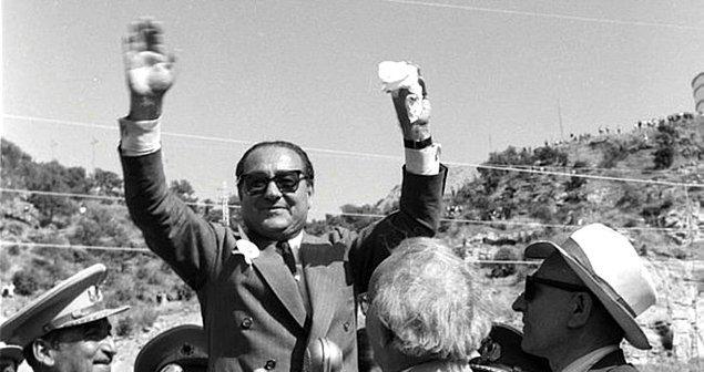 Ve birkaç ay sonraki seçimlerde aday olmamasına rağmen, kendisinden habersiz olarak, Atatürk tarafından milletvekili adayı yapılır. Böylece Menderes'in Ankara serüveni başlar.