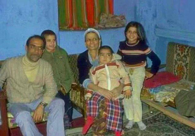 Kendisi Manisa, Akhisar'ın Kapaklı köyünde pamuk ve tütün toplayarak geçimini sağlayan 9 çocuklu bir aileden gelmiş.
