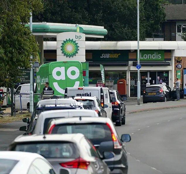 Geçtiğimiz günlerde BP ve Tesco Alliance, ülkede yeterli sayıda nakliye aracı sürücüsü olmaması nedeni ile bazı petrol istasyonlarını geçici olarak kapatacaklarını duyurdular.
