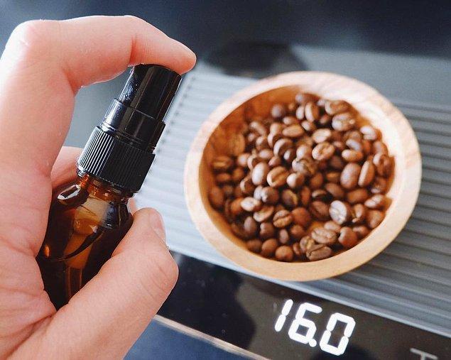 Demlemeden önce filtre kahve kağıdını ıslattığınızda kağıdın tadının kahveye geçmesini önleyebilirsiniz. O zaman ne duruyorsunuz fıs fıs!