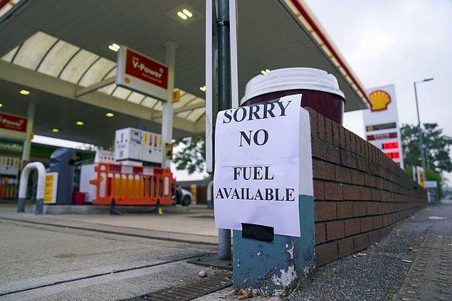 Birçok benzin istasyonu yakıtlarının kalmadığına dair uyarılar astı;