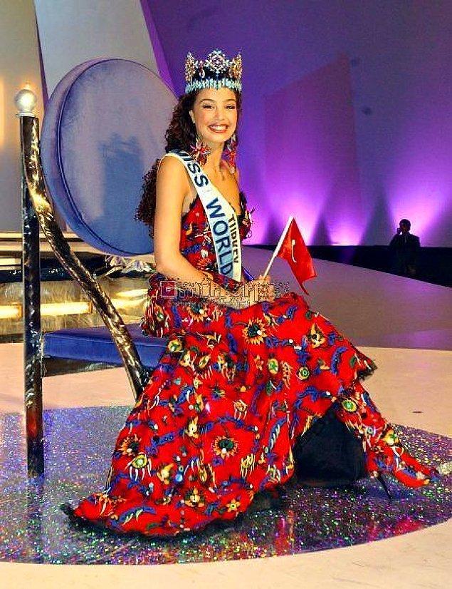 Cemil İpekçi'den Azra Akın'ın Elbisesinin Hikayesi