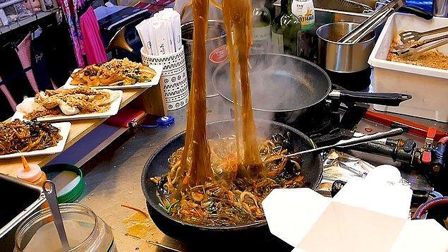 Japchae (Karışık sebzeli, tavada kızartılmış şeffaf erişte)