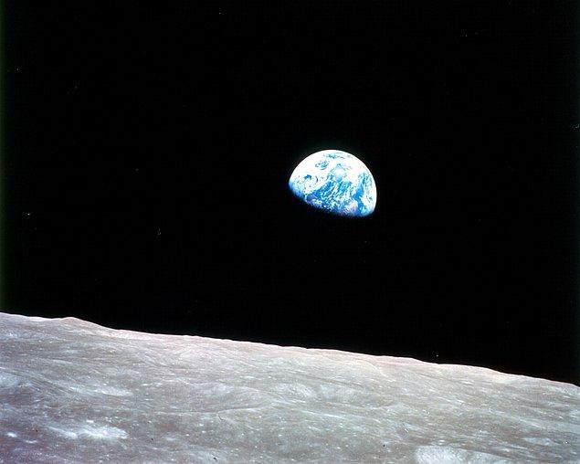 """Apollo 8 mürettebatı Ay'ın çevresindeki 5 ya da 6. devirlerinde yukarıya bakarlar ve Ay'ın yüzeyinden doğan Dünya'yı görürler. Ses kayıtlarında ise şunlar duyulur: """"Aman Tanrım şu manzaraya bakın!"""""""