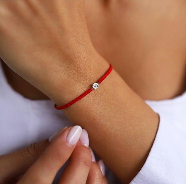 12. Sürekli takabileceğiniz kırmızı ip pırlanta bilekliklere bayılacağınıza eminiz! ❤
