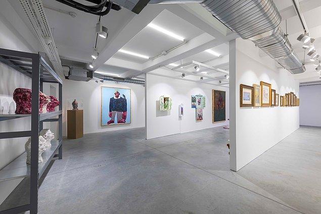 Sanatçının çok sayıda otoportresinin yer aldığı serginin ikinci bölümü, kimlik nosyonunu ele alıyor.