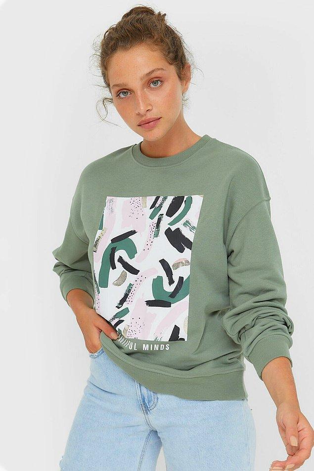2. Hem rahat hem şık olmak için bir etek bir sweatshirt yeter.