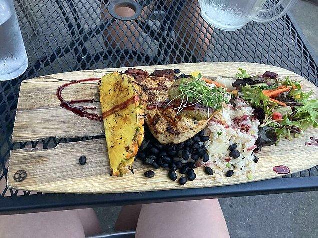 3. Bu Meksika yemeği, düzgün bir tabak yerine kırık bir tahta üzerinde servis edildiğinden sürekli müşterinin üzerinde damlamış...