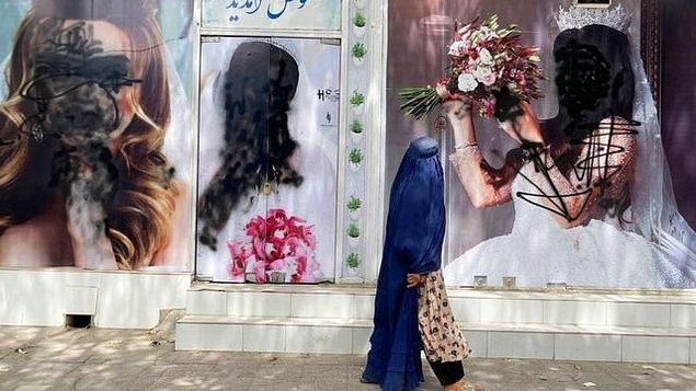 Hatırlarsınız Taliban'ın Afganistan yönetimini ele aldığında yaptığı ilk iş kadın fotoğraflarını sansürlemekti. Bu eylem dünya çapında haber olmuş, pek çok insan dehşete düşmüştü.