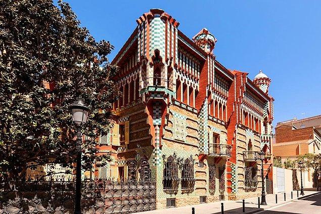 Okul yıllarında harçlığını çıkartmak için Joan Martorell, Josep Fontserè gibi Barselona'nın en ünlü mimarlarından bazılarının ressamlığını yaptı. Adından ilk olarak ise 1883-1888 tarihleri arasında yaptığı ve şimdilerde müze olarak kullanılan Casa Vicens adlı yazlık evle söz ettirdi. Gaudi tarafından tasarlanan ilk ev olan bu yapıt, Art Nouveau'nun ilk binalarından biri olarak kabul ediliyor.