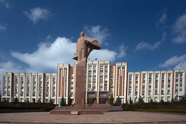 Transdinyester, sosyalizm temelli bir siyasi yapı ile yönetiliyor. Ülkenin bayrağında orak ve çekiç buluyor, ayrıca Lenin ve Marx hala siyasi olarak önemli figürler.