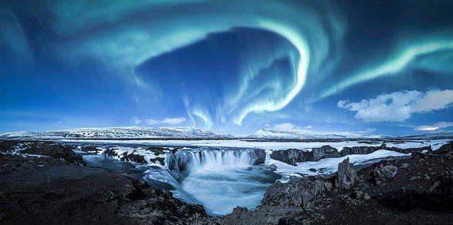 6. Kuzey ışıkları bu sefer de bir doğa harikasının üzerinde:
