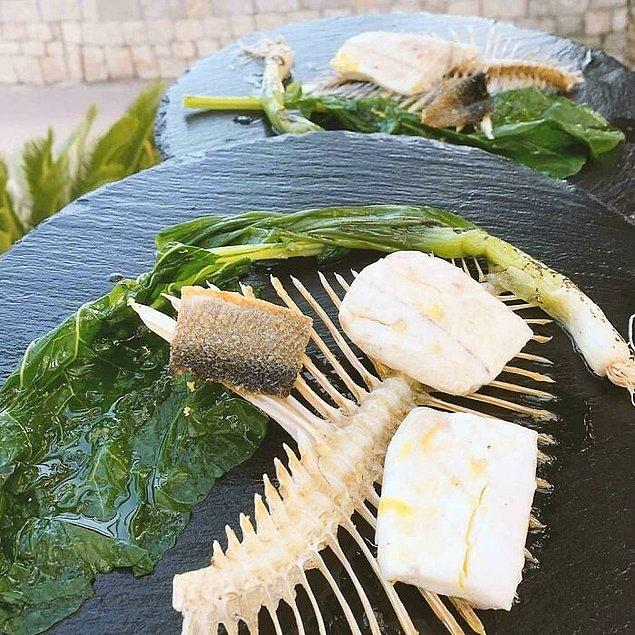 24. Balığın tüm kılçığını bir tabak niyetine kullanan bu restoranın müşteri kaybetmesine şaşmamalı...