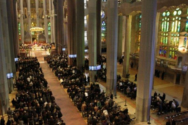 Eski püskü kıyafetleri ve kimliğinin olmaması, onu bir dilenciden farksız gösterirken tıbbi tedavisinin bir gün ertelenmesine yol açtı. Sonrasında papaz tarafından teşhis edilse de kötüye giden durumu ölümüne yol açtı ve Gaudi çok büyük bir kalabalığın katıldığı bir cenaze töreniyle Sagrada Familia mezarına gömüldü.