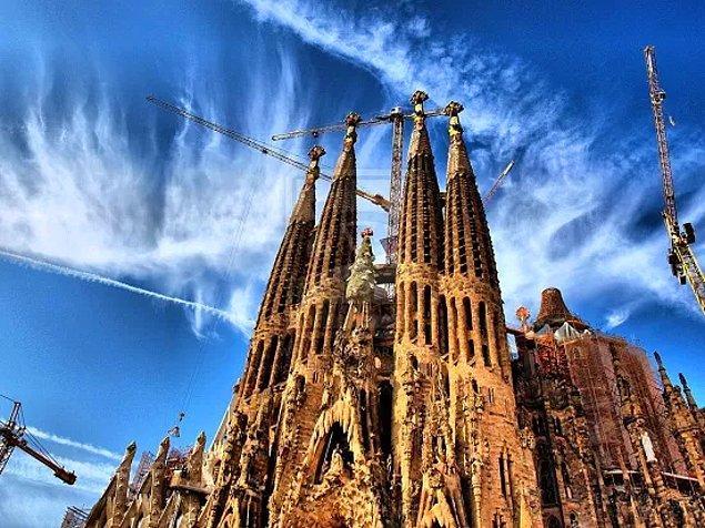 Gaudi'nin bir tasarımcı olarak dünya çapındaki ünü güvence altına alındı ve Barselona'daki yedi binası UNESCO tarafından Dünya Mirası Alanları olarak listelendi. Gaudi'nin 43 yılını harcadığı Sagrada Familia kilisesinin ölümünün yüzüncü yılında yani 2026'da tamamlanması planlanıyor. Böylelikle Barselona'nın dehası, hak ettiği efsaneliğine kavuşmuş olacak.