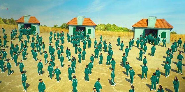 8. Çoğu yapımda kalabalık sahnelerde kamera hileleri veya efektlerin kullanıldığını bilirsiniz. Ancak Squid Game'in ilk oyununda gerçekten 456 kişi kullanılmış.