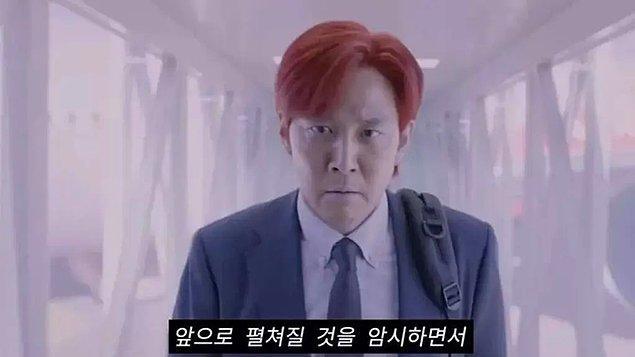 15. Son bölümde Gi-Hun'un saçlarını kırmızıya boyatması ise en son yarışmayı kazandığı için kendine güven gelmesini, toplum içinde farklı olduğunu kanıtlaması anlamına geliyor.