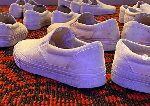 Geride bırakılan tüm ayakkabılar.