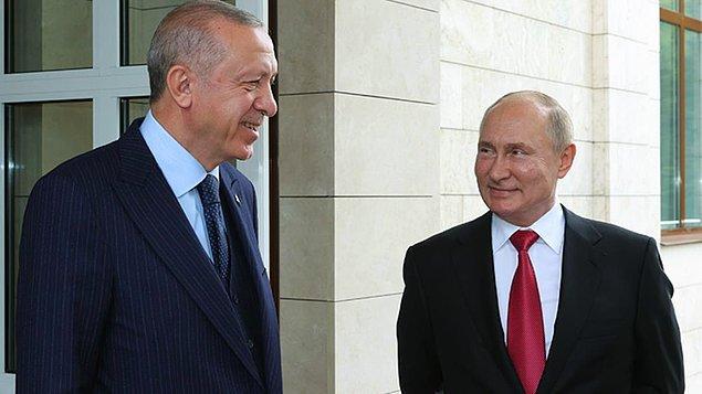 Putin, Soçi'de yaptığı görüşme sonrasında devlet başkanlığı rezidansının önünde uğurlama yaparken Erdoğan ile bir süre ayak üstü sohbet etti.