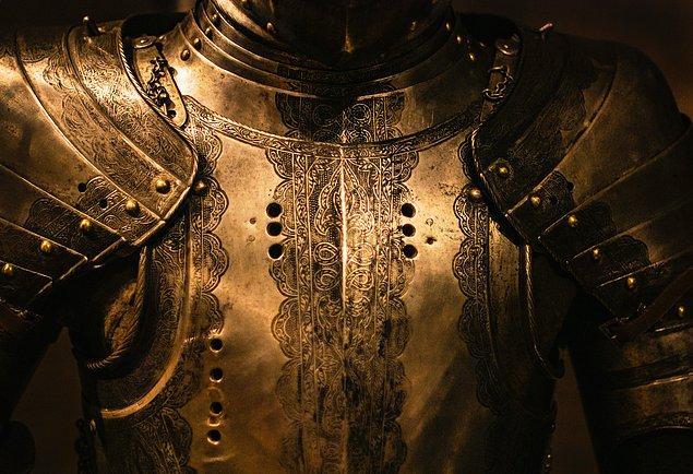 """8. Şövalyelere duş almaları """"emrediliyordu""""... En azından şövalyelik nişanı için."""