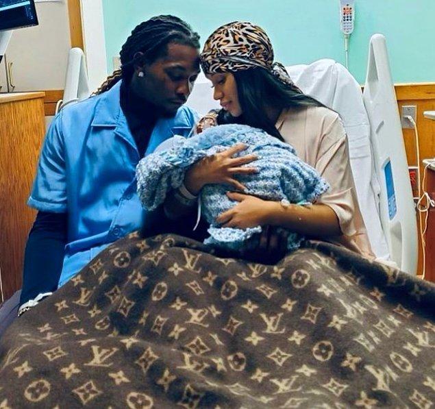 Sansasyonel açıklamaların ve iniş çıkışların ardından bu ay paylaştığı Instagram gönderisinde 4 Eylül'de bir erkek çocuklarının dünyaya geldiğini duyurdular.