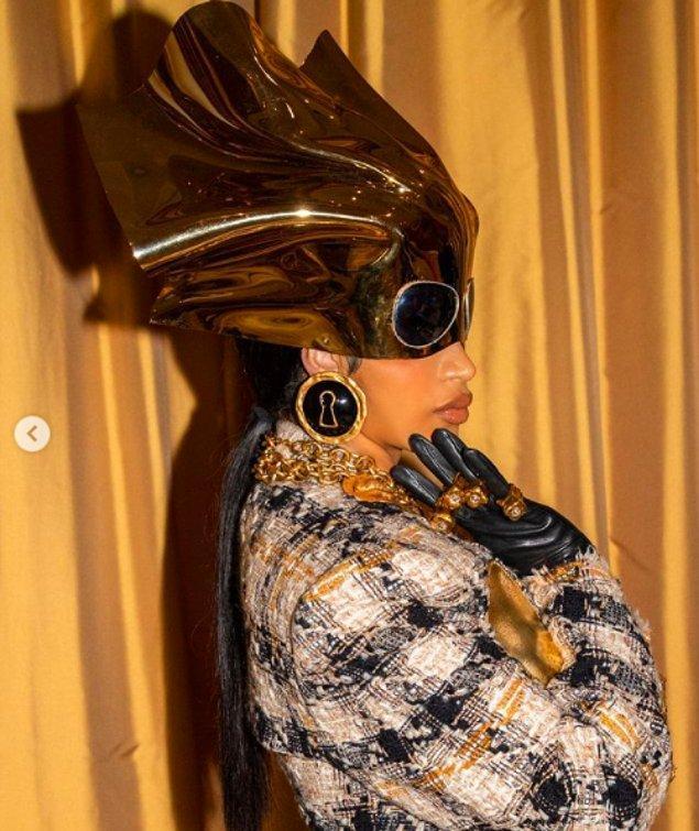 İtalyan moda markası Schiaparelli aksesuarlarıyla, özellikle de kafasında çok dikkat çeken altın renkli bir parçayla çıktı karşımıza.