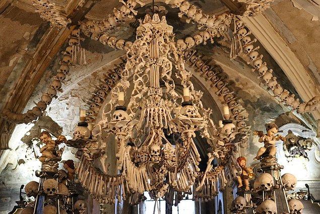 10. Çekya, Kutná Hora'da insan kemiklerden yapılmış bir avize: