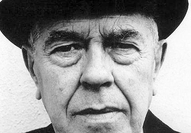 René Magritte, oldukça varlıklı Belçikalı bir ailenin üç erkek çocuğundan en küçüğü olarak 21 Kasım 1898'de dünyaya geldi. Gezici satış temsilcisi babası ve kendisi henüz 14 yaşındayken Sambre Nehri'ne atlayarak intihar eden tuhafiyeci annesi, yaşamının en büyük mimarlarıydı.