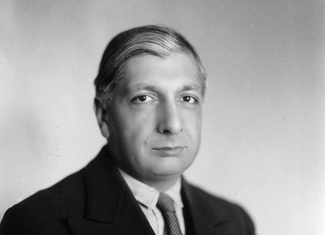 1925 yılında ilk kez Giorgio de Chirico'nun çalışmalarını gördü ve sürrealizm aşkı içinde alevlenmeye başladı. 1927'den 1930'a kadar yaşadığı Paris dönemi bu sürrealizm ateşini alevlendirecek; Max Ernst, Salvador Dali gibi sanatçıları içeren güçlü zümrelerle bağlantılar kurmasını sağlayacaktı.