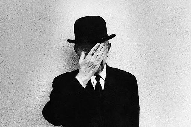 1930'da Galerie le Centaure ile olan sözleşmesi sona erince işsiz kaldı. Rotayı yine reklamcılık alanında çalışmak için Brüksel'e çevirirken araştırmacılar Magritte'in bu süre zarfında gelirini ünlü sanatçıların sahte resimlerini yaparak ve hatta belki de sahte para üreterek sağlayıp sağlamadığını tartışıyorlar.