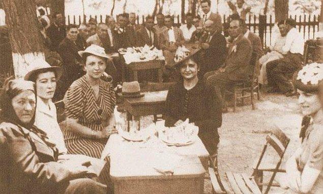 3. Kahvede oturan hanımefendiler, Düzce, 1945.