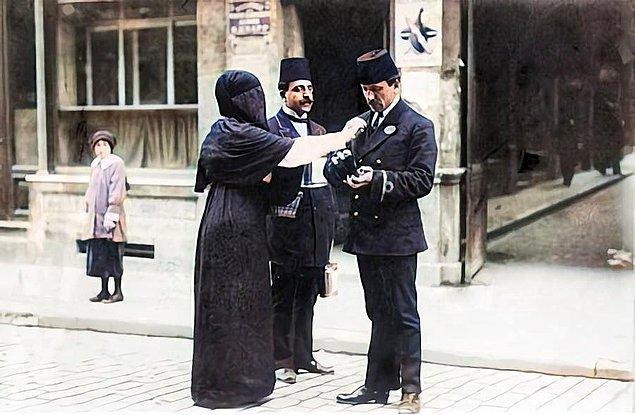 5. Bağış toplayan insanlar, İstanbul, 1915.