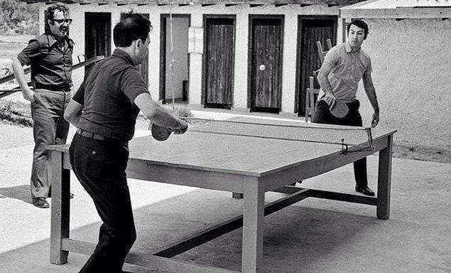 7. CHP kampında Deniz Baykal ile Bülent Ecevit masa tenisi oynuyor, 1972.