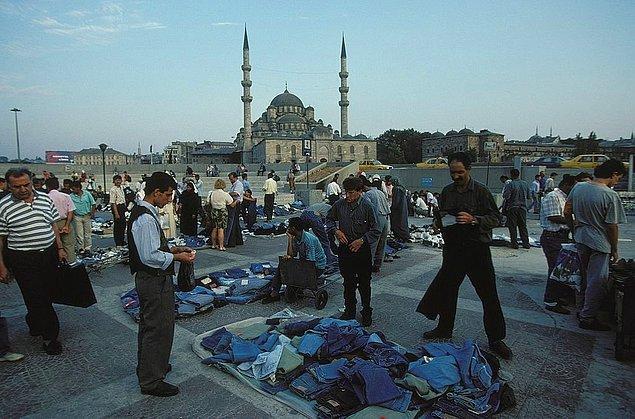 8. Eminönü'nde jeans satıcıları, İstanbul, 1996.