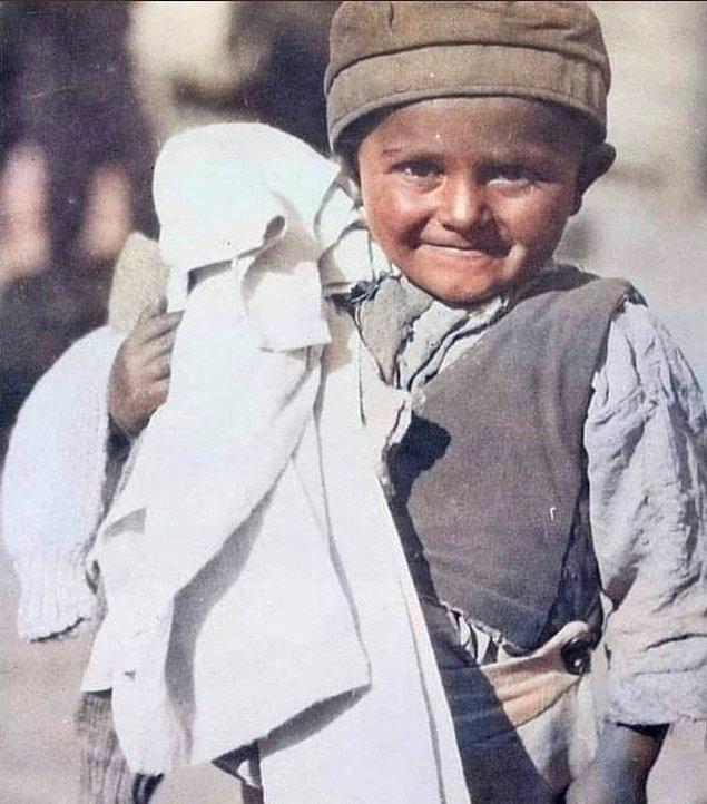 17. Milli Mücadele döneminde kıyafet yardımı yapılan çocuk, 1922.