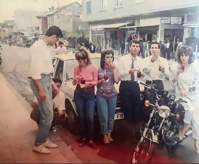 23. Şalgam suyu içen gençler, Adana, 1994.