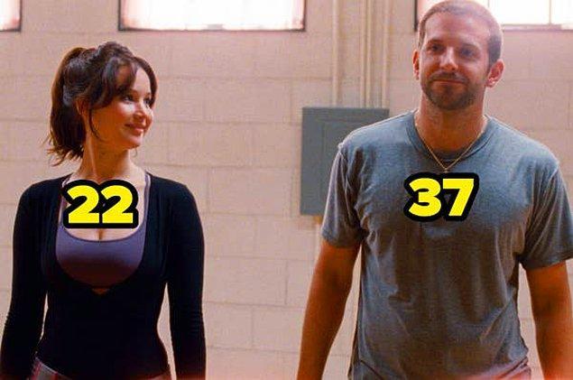 4. Umut Işığım'da Jennifer Lawrence 22 yaşındayken, Bradley Cooper 37 yaşındaydı.