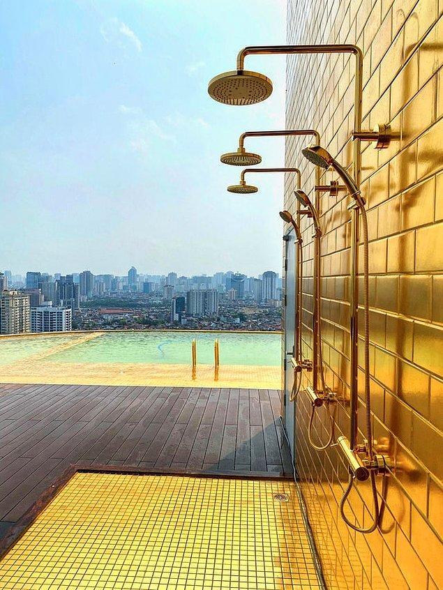 6. Hanoi'deki bir terasta yer alan dünyanın ilk altın kaplamalı otel duşu: