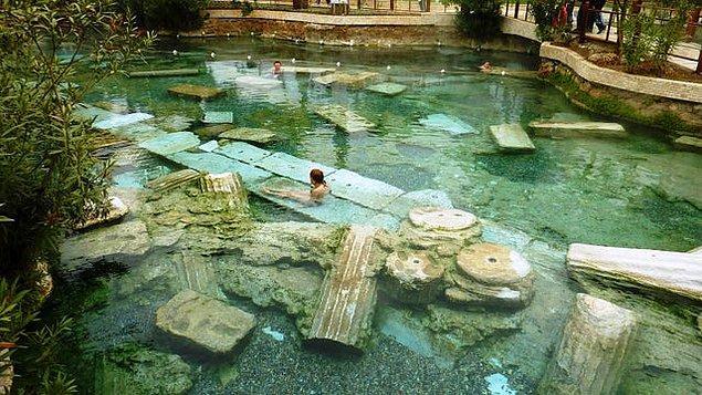8. Roma döneminden kalma ve tarihi dokusuyla görenleri büyüleyen Pamukkale Hierapolis Antik (Kleopatra) Yüzme Havuzu: