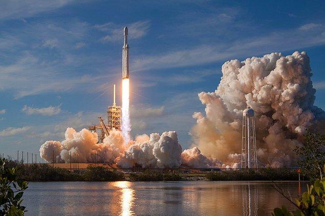Roketler oksijeni tanklarda yanlarında götürür, buna oksitleyici denir.
