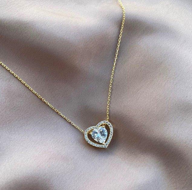 1. Zarif bir hediye: gümüş kalpli kolye.