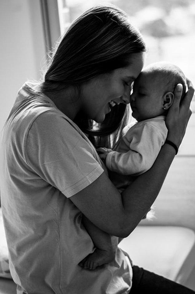 """1. """"Filmlerde ve dizilerde anneler, bebekleriyle ilk tanıştığı anda yüzlerinde kocaman bir gülümseme olur. Ancak, gerçek hayatta bunun böyle olmadığı durumlar da vardır. Herkesin en mutlu olduğu an bu an olmayabilir."""""""
