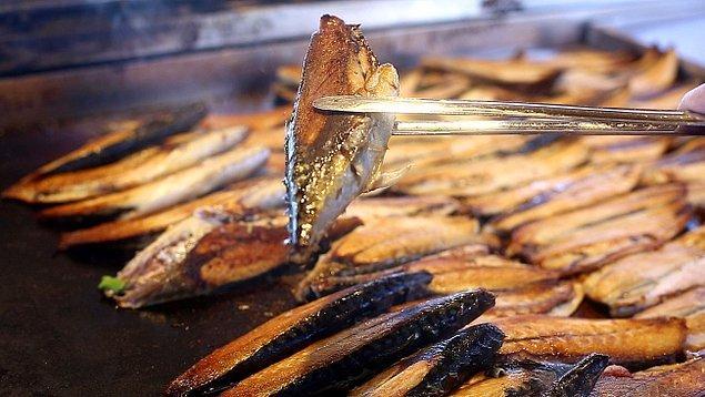 22. Eminönü'nün demirbaşları olan balık ekmekçiler…