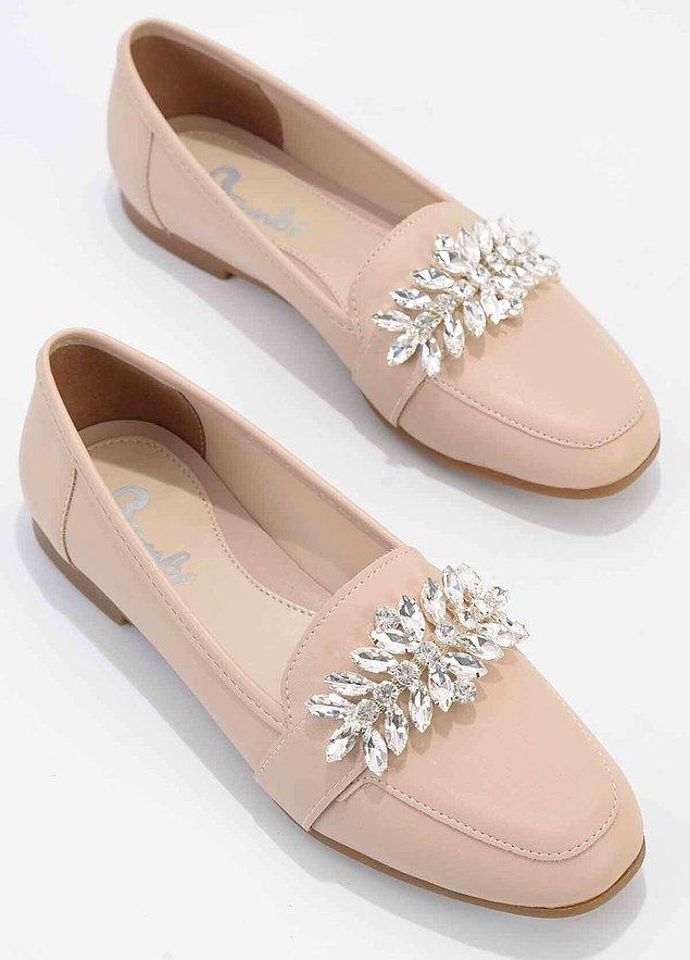 8. Süslü kıyafetleri çok sevenlerin bayılacağı bir babet ayakkabı.