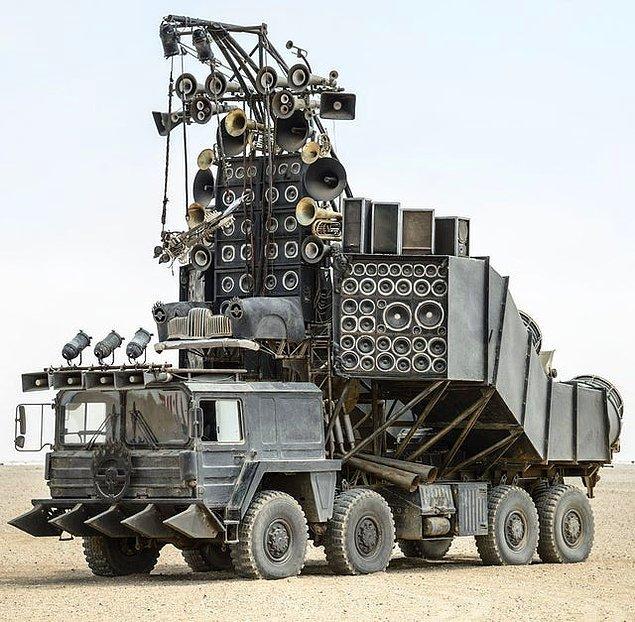 2. Mad Max'te kullanılan devasa kamyonet satılıkmış. Almayı düşünür müydünüz?